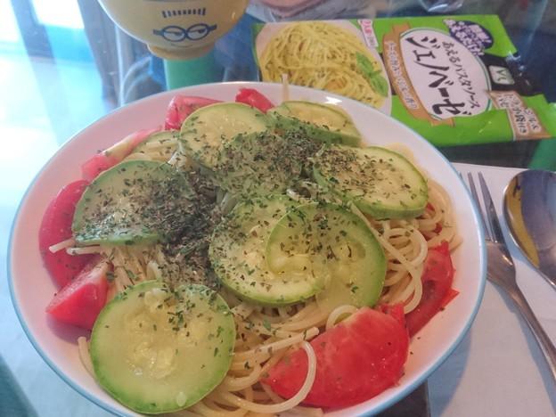 ジェノベーゼソースに瓜とトマト