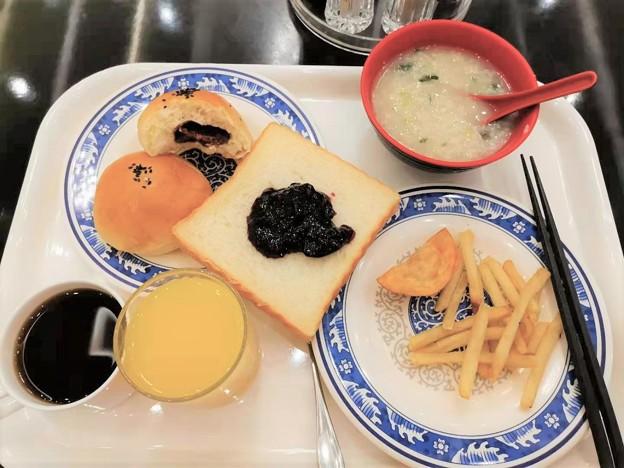 やっと朝食がレストランで食べられる