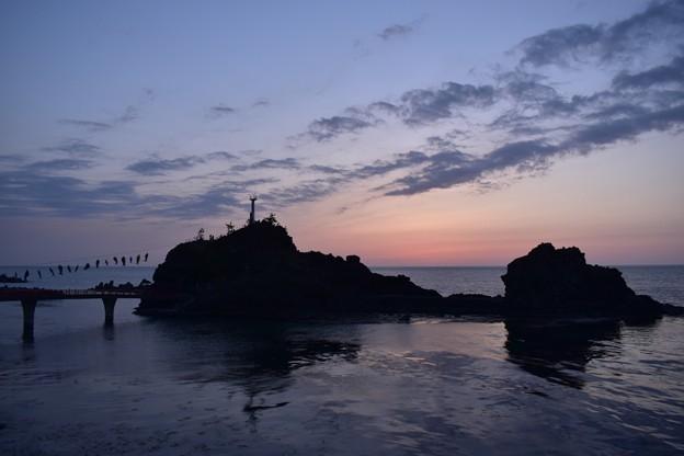 夕暮れ時の弁天岩