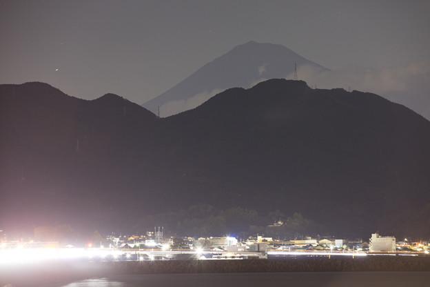 夜空に現れる富士山