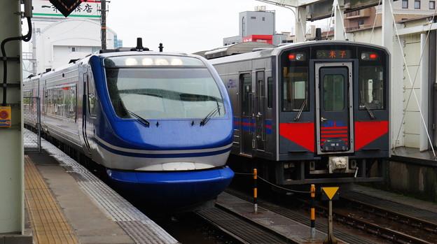 智頭急行 HOT7000系とJR西日本 キハ126-3