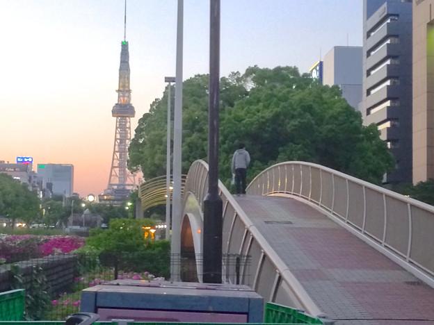 夕暮れ時、久屋大通公園の歩道橋を渡る人 - 2