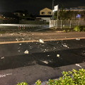 写真: 交通事故で散乱するブロック片