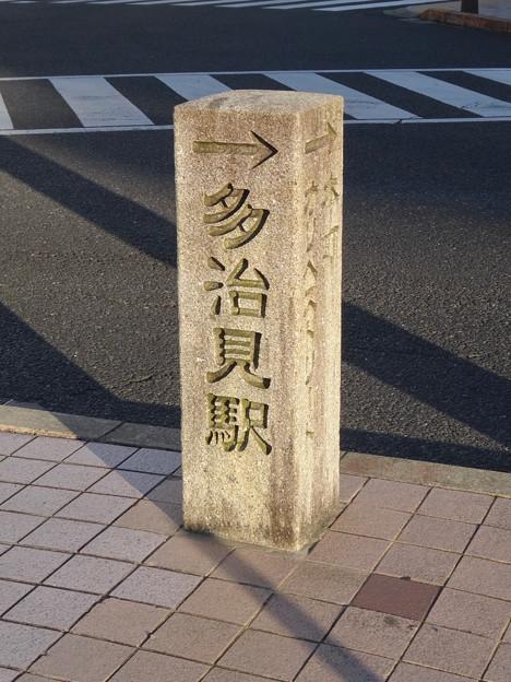 JR多治見駅近くのコンビニ前に、多治見駅の方角示す石柱? - 1
