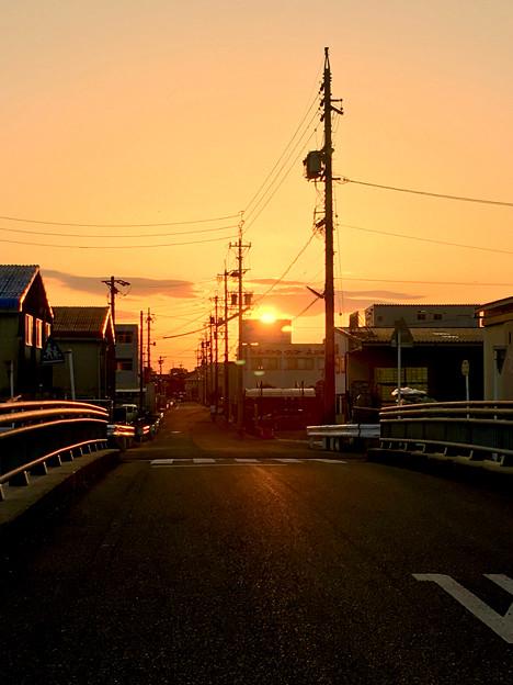看板の向こうに沈む夕日 - 1