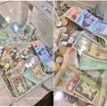 様々な国のお金が入ってた、エアポートウォークの募金箱 - 3