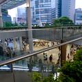 写真: 沢山の人で賑わうゲートタワー前
