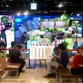 写真: ドコモ・スマートフォン・ラウンジでVR体験イベント