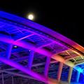 カラフルなイルミネーションのオアシス21と、輝く満月 - 5