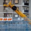 写真: 桃花台線の桃花台中央公園南側高架撤去工事(2018年2月11日) - 3:顔みたいに見えるクレーン車の一部