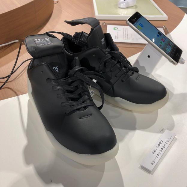 ドコモスマートフォンラウンジ名古屋で展示されてた光る靴「Orphe」