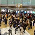 沢山の人でごった返す、週末夕方の名古屋駅金の時計広場
