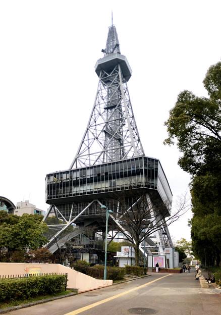 真下から見上げた名古屋テレビ塔(2018年3月3日) - 1;縦パノラマ