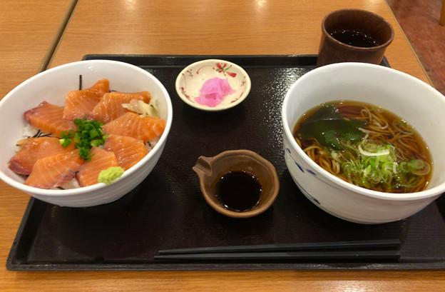 いなせ庵のサーモン丼とソバ