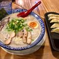 写真: 鶴亀堂:濃厚博多とんこつ 全部のせと餃子