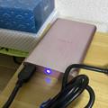 写真: ソニーのポータブルHDD「HD-EG5」No - 11:接続中は青く点灯