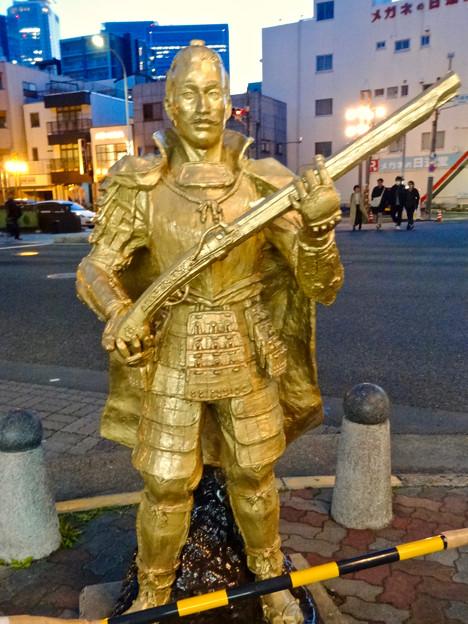 円頓寺商店街:江川線沿いに火縄銃を持った黄金の信長像!? - 2