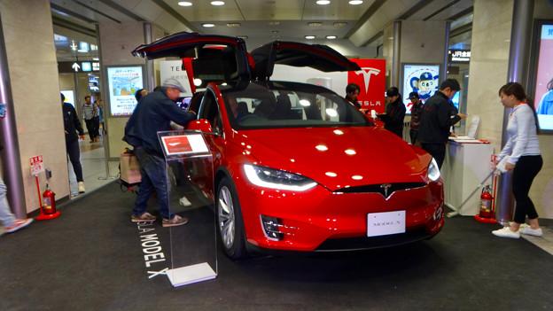 写真: 名古屋駅コンコースで展示されてたTesla「Model S」 - 2