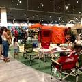 写真: アルペンアウトドアーズ春日井店:オープン直後のGWの日曜日と言うことで、人で溢れていた店内 - 6(巨大テントの設営実演)