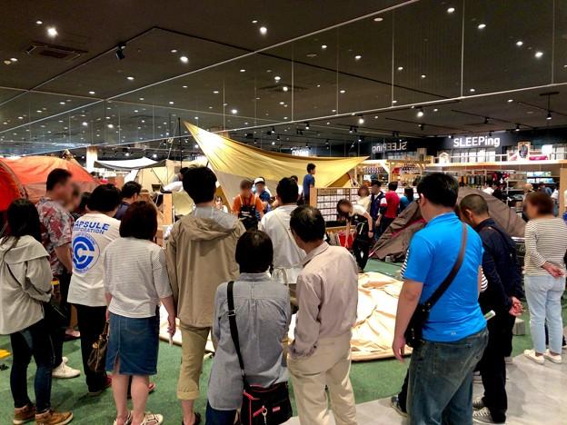 アルペンアウトドアーズ春日井店:オープン直後のGWの日曜日と言うことで、人で溢れていた店内 - 7(巨大テントの設営実演)