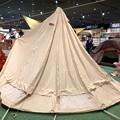 写真: アルペンアウトドアーズ春日井店:オープン直後のGWの日曜日と言うことで、人で溢れていた店内 - 8(巨大テントの設営実演)