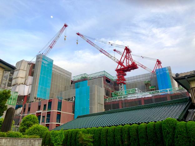 建設工事中の小牧市民病院の新しい建物(2018年4月26日) - 5:巨大クレーンと月