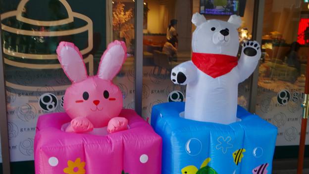 大須赤門ニッパチ祭 2018年4月 No - 11:空気で動くウサギとシロクマの像