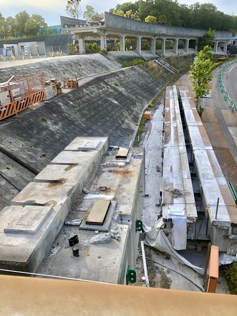 桃花台線の旧車両基地進入高架撤去工事(2018年5月20日):撤去された高架と元接続部 - 1