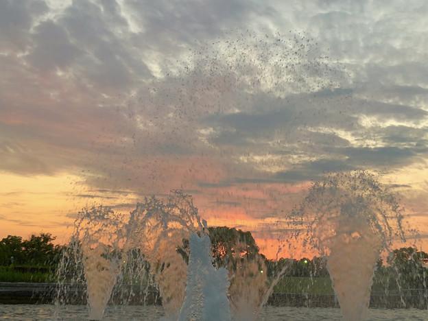 落合公園から見た夕焼け - 4:夕焼けと噴水