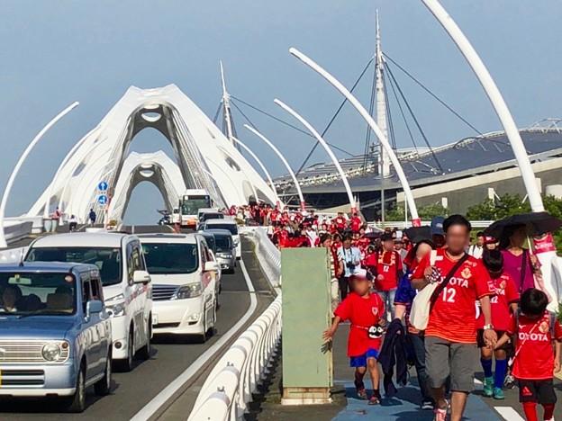 ファン感謝デーで沢山の人がグランパスのユニフォームを来て歩いていた豊田大橋 - 2