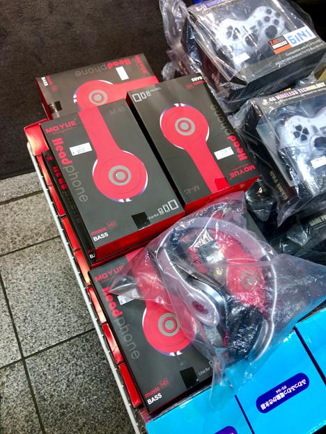 Photos: 大須商店街のお店で売ってた「Beats」そっくりのヘッドホン - 1