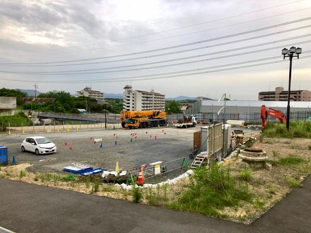 桃花台線の旧車両基地進入高架撤去工事(2018年5月29日) - 1:撤去に用いられたと見られるクレーン車