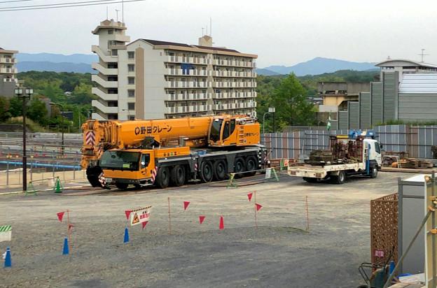桃花台線の旧車両基地進入高架撤去工事(2018年5月29日) - 2:撤去に用いられたと見られるクレーン車