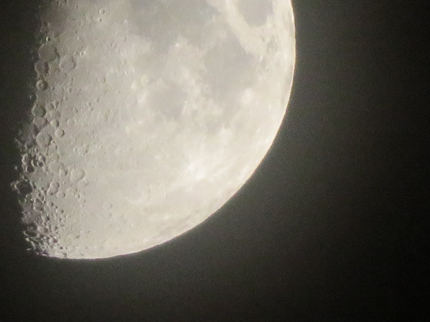 SX730 HSで撮影した半月(無修正) - 4