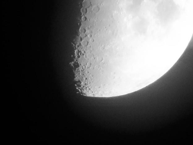 SX730 HSで撮影した半月(修正済み、モノクロ) - 2