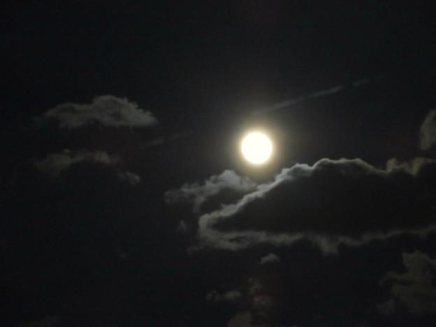 雲間に浮かぶ満月