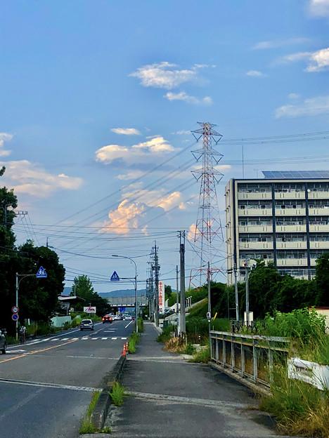 遠くの空に浮かんでいた夏の到来を思わせる雲 - 1