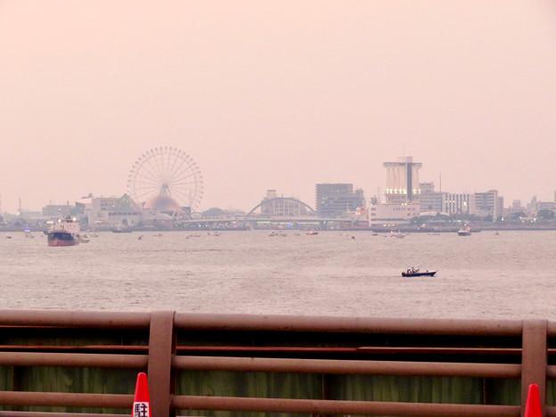 潮見埠頭に架かる橋の上から見たガーデンふ頭と名古屋みなと祭の花火を見る為に集まった沢山の船 - 1