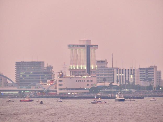 潮見埠頭に架かる橋の上から見たガーデンふ頭と名古屋みなと祭の花火を見る為に集まった沢山の船 - 3