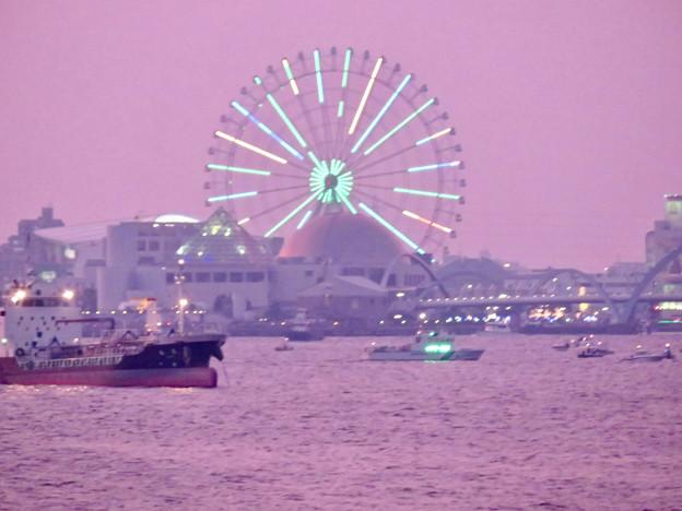 潮見埠頭に架かる橋の上から見たガーデンふ頭と名古屋みなと祭の花火を見る為に集まった沢山の船 - 4