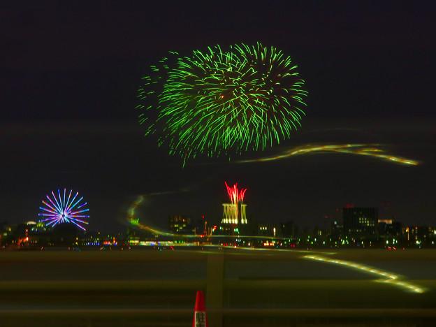 潮見埠頭に架かる橋の上から見た名古屋みなと祭の花火 - 10:花火と手前を通る車のイルミネーション