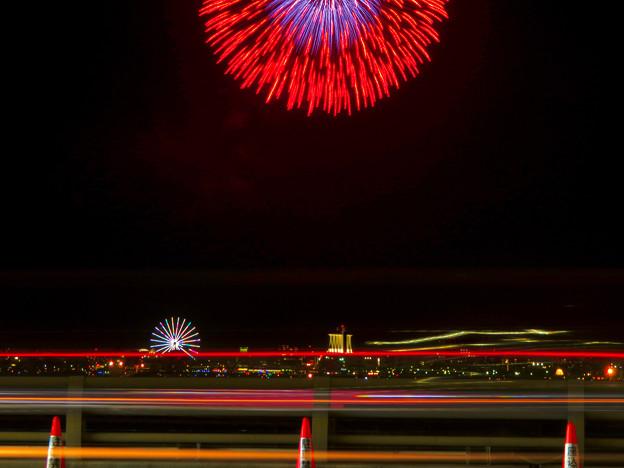 潮見埠頭に架かる橋の上から見た名古屋みなと祭の花火 - 31:花火と手前を通る車のイルミネーション