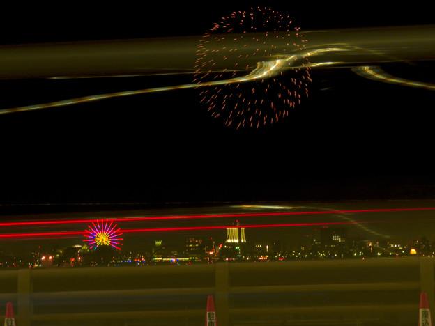 潮見埠頭に架かる橋の上から見た名古屋みなと祭の花火 - 37:花火と手前を通る車のイルミネーション