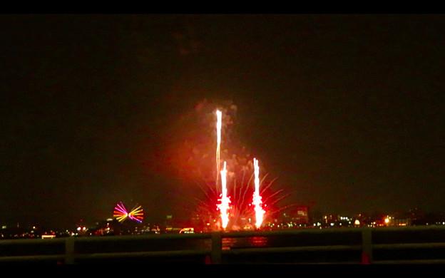潮見埠頭に架かる橋の上から見た名古屋みなと祭の花火 - 57