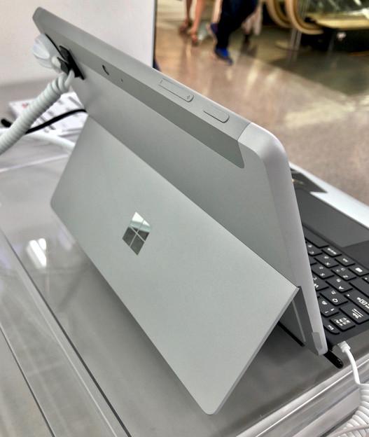 店頭展示が始まったばかりの「Surface Go」 - 3:背面(スタンド使用時)