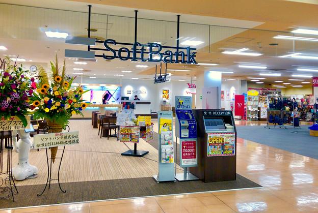 アピタ桃花台店入り口にソフトバンク&ワイモバイルショップがオープン - 1