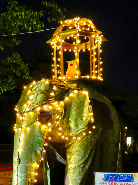 東山動植物園ナイトZoo 2018 No - 59:「ペラヘラ祭」風の装飾がなされてた象の像の上にズーボ
