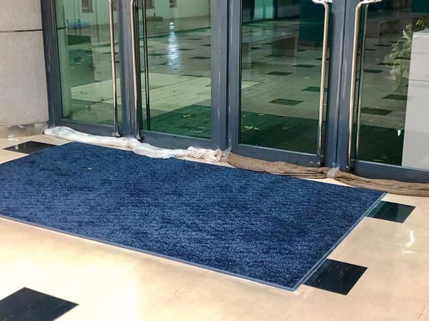 台風21号:水の進入を防いでいたピアーレの入り口 - 2