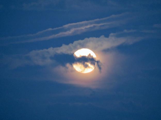 雲の隙間から顔をのぞかせてた中秋の満月(2018年9月24日) - 1