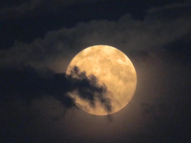雲の隙間から顔をのぞかせてた中秋の満月(2018年9月24日) - 2